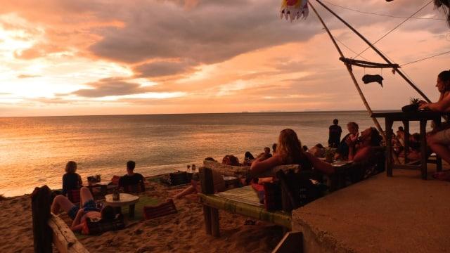 مشهد غروب الشمس الملحمي في جزيرة كوه لانتا