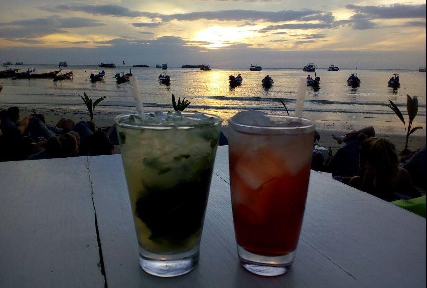 المشروبات المنعشة علي شاطئ ساير في مطعم فيز