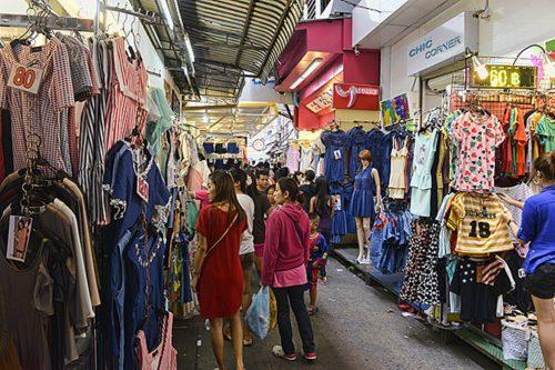 أكشاك الملابس التايلندية في سوق شارع سوخمفيت -بتايا